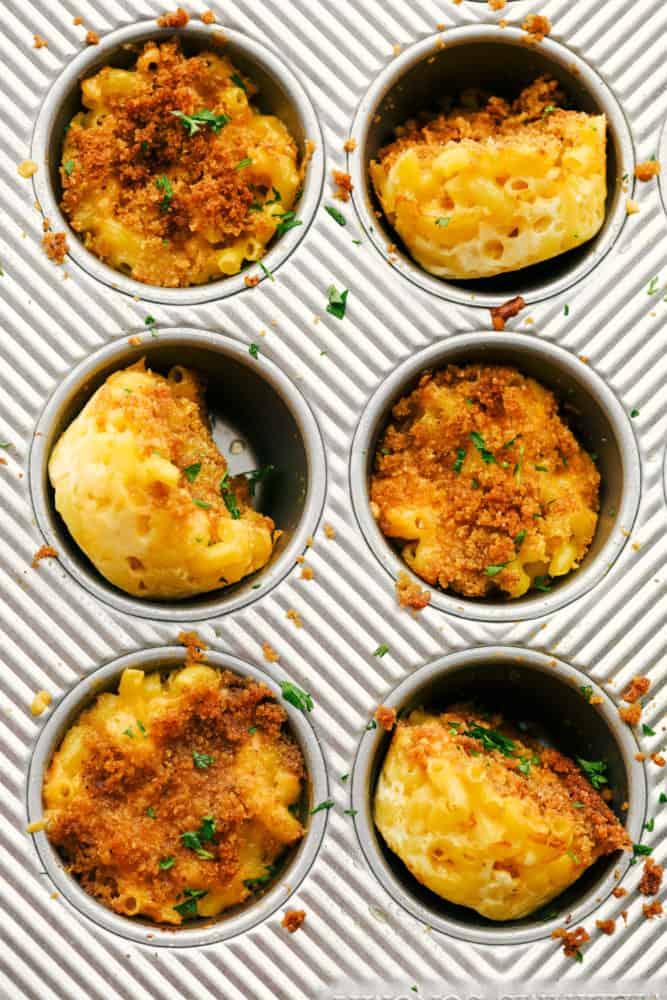 Coupes de macaroni au fromage finies dans un moule à muffins.
