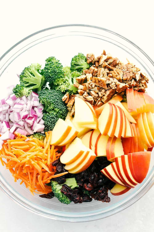 Os ingredientes para fazer a salada de maçã com brócolis em uma tigela pronta para combinar.