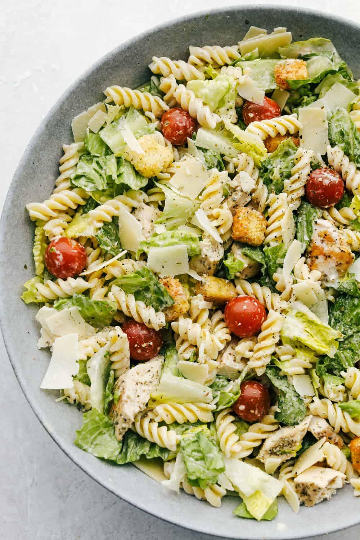 Caesarsalade met kip en pasta in een kom!
