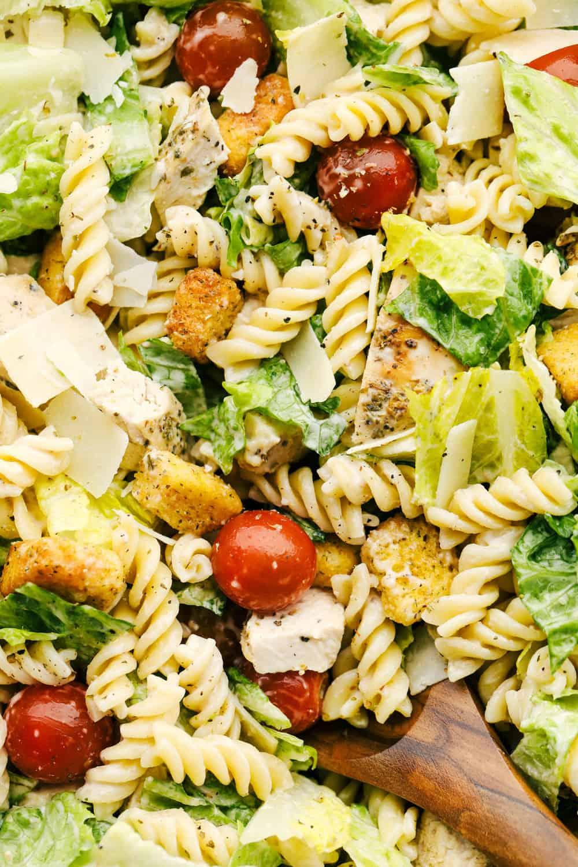 Foto van dichtbij met de textuur en smaken in de salade.
