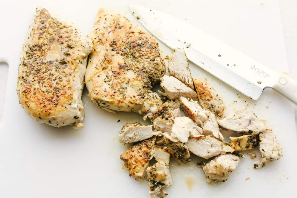Gekookte kip in stukken snijden.
