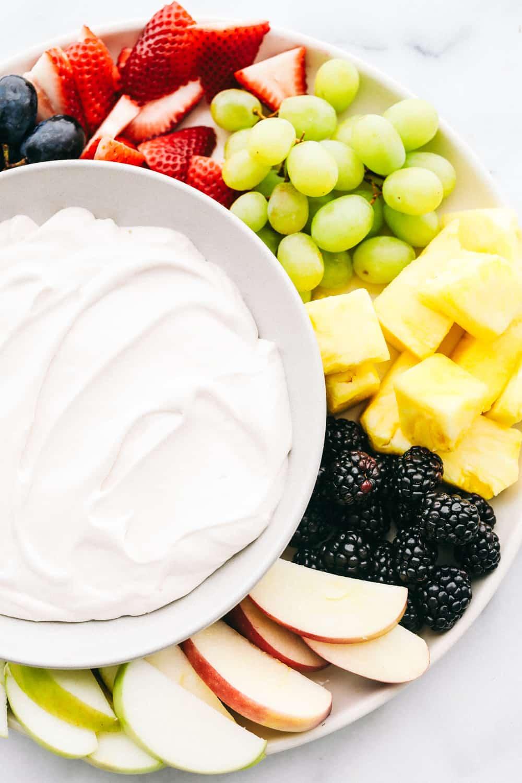 Dip de fruta de queso crema y malvavisco esponjoso (¡3 ingredientes!) 64