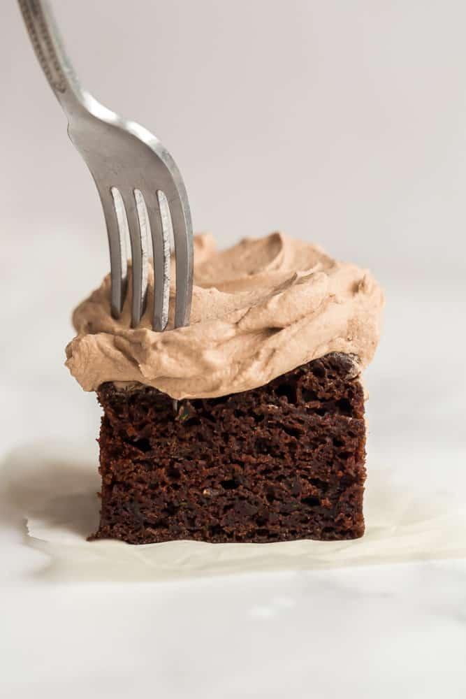 pedaço de bolo de abobrinha de chocolate com garfo