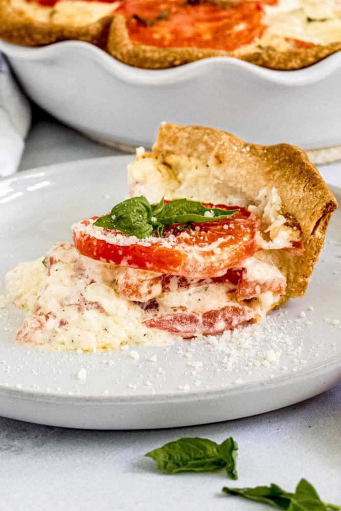 Tranche de tarte aux tomates sur un plat blanc