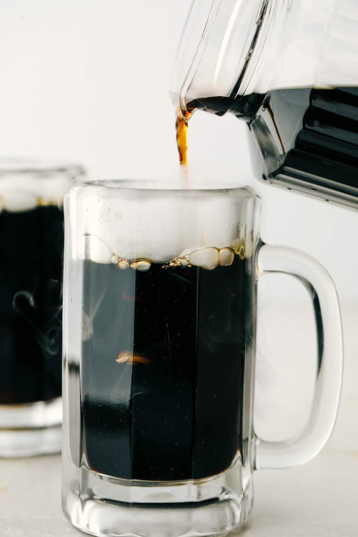 Racine de bière maison dans une tasse givrée.