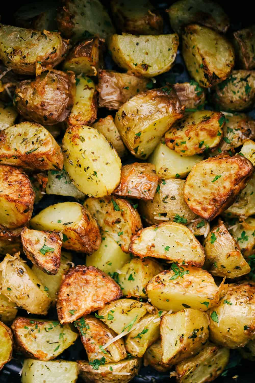 Batatas fritadeiras temperadas perfeitamente torradas.