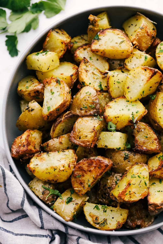 Fritadeira com crosta de ervas e batatas assadas perfeitamente temperadas.