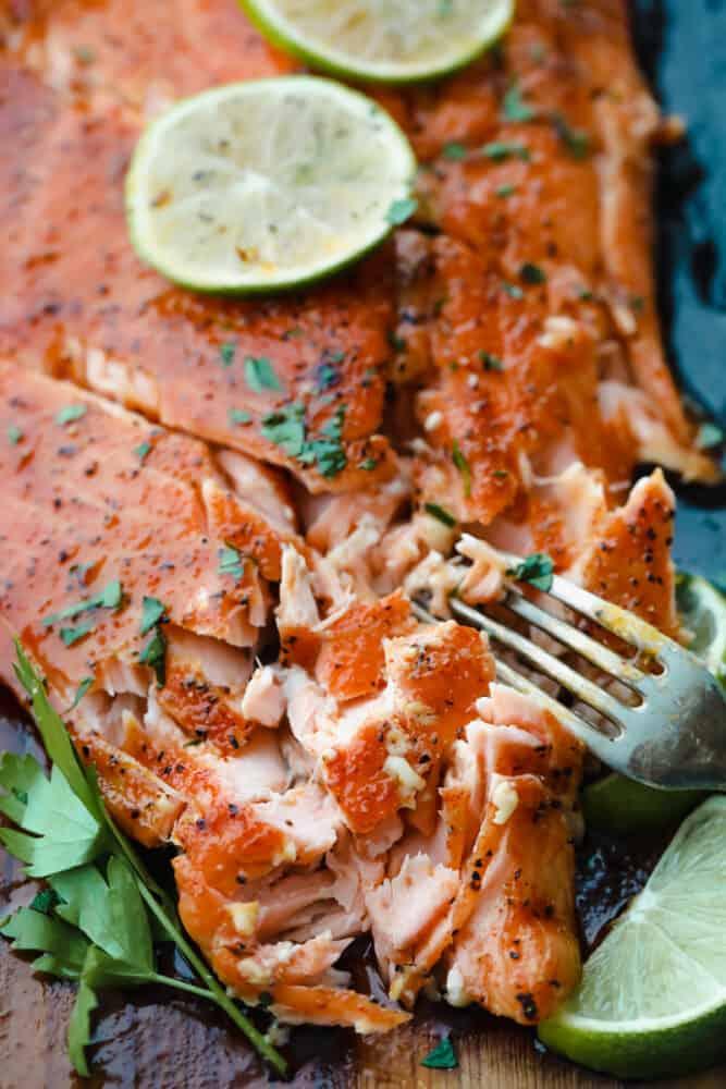 Salmon dipotong dengan garpu.