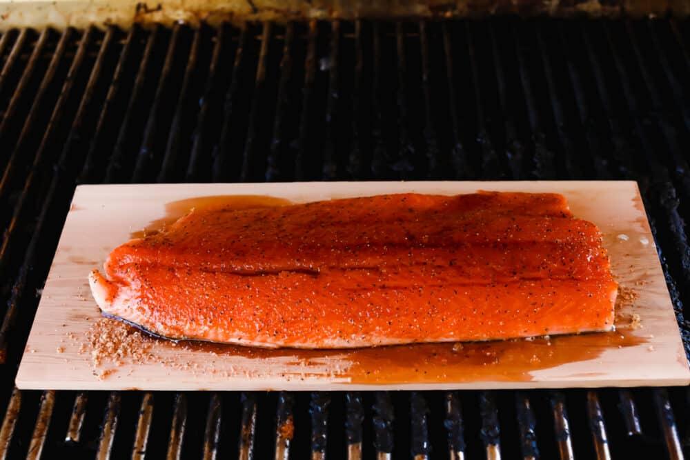 Salmon yang dimasak dengan glasir jeruk nipis di atasnya.