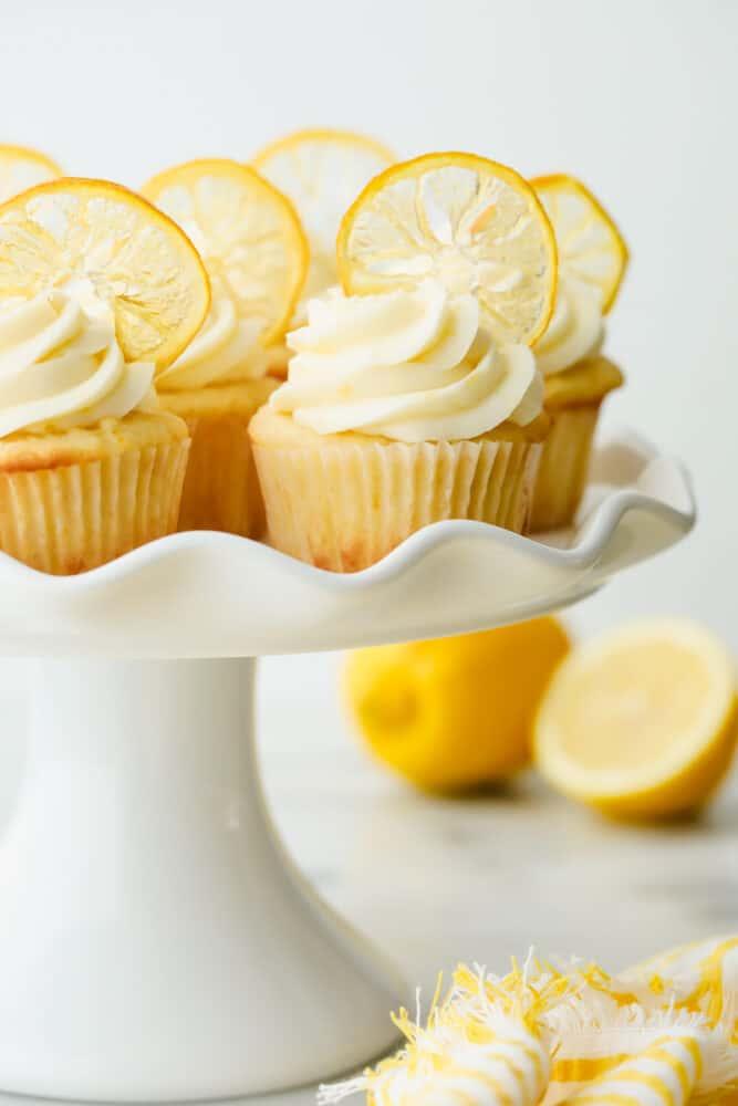 Cupcake lemon dengan hiasan di atas sajian. piring.
