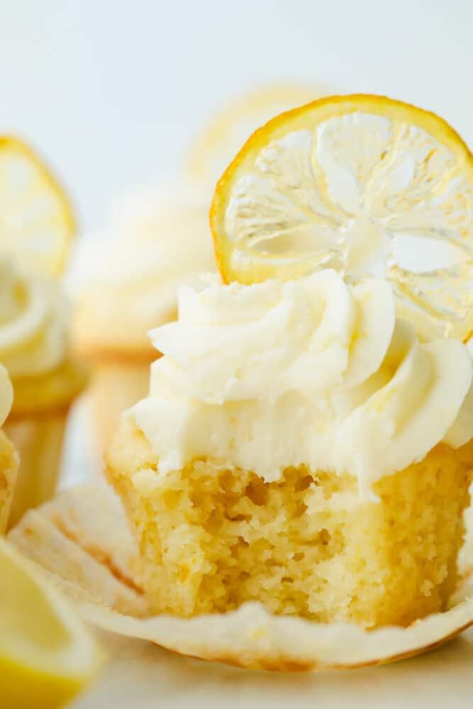 Cupcake lemon dengan gigitan yang diambil darinya