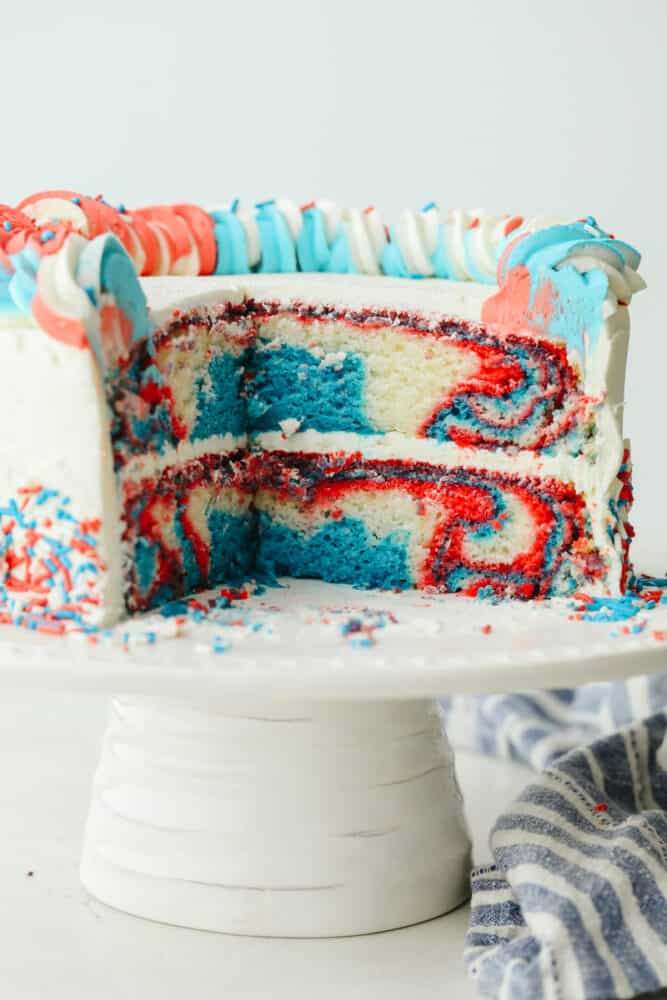 Kue merah, putih, dan biru diiris sehingga Anda bisa melihat bagian dalamnya.